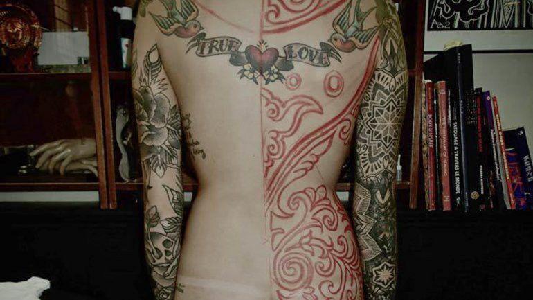 La joven viajó hasta Francia para tatuarse con Guy Le Tattooer.
