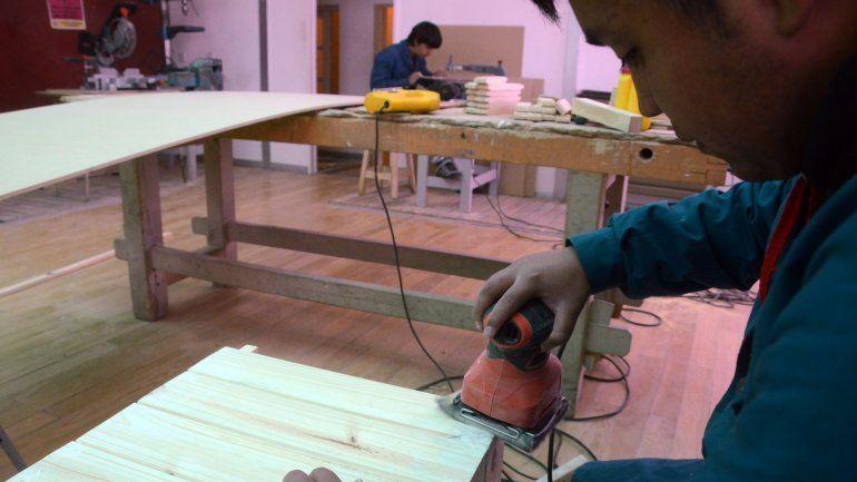En una pequeña casa alquilada, alumnos de la Escuela Especial Laboral 2 aprenden oficios