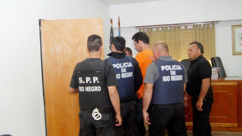 A José Antonio Zapata lo escoltaron varios policías después de escuchar inmutable la lectura del fallo.