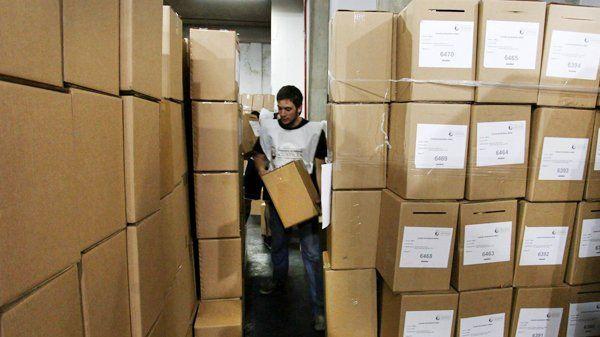 Ya distribuyen las urnas en toda la provincia