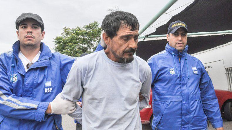 El momento en que llega Valdez a Neuquén custodiado por efectivos del Departamento de Seguridad Personal.