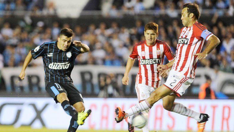 El neuquino Marcos Acuña despacha el terrible derechazo que se clavaría en el ángulo para abrir el marcador.