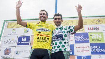 El ganador, Mauricio Müller (izquierda), festeja la victoria.