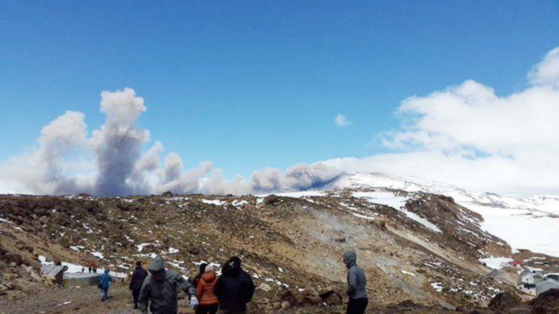 Una densa columna de cenizas sale permanentemente del volcán.