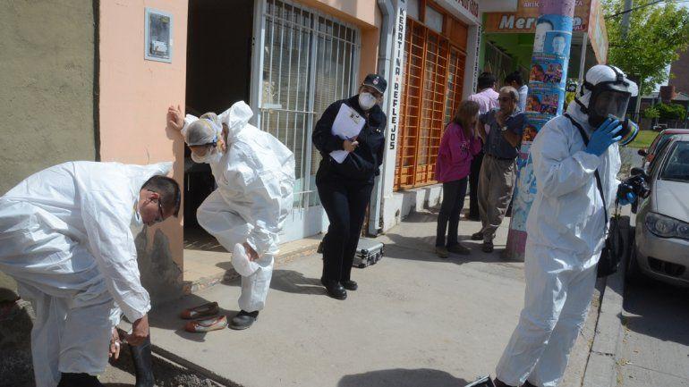 El personal de Criminalística trabajó en el lugar con equipos especiales.