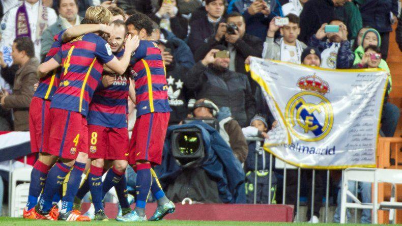 El cuadro Culé se floreó en cancha del Madrid y metió cuatro verdaderos golazos. Iniesta se fue ovacionado.