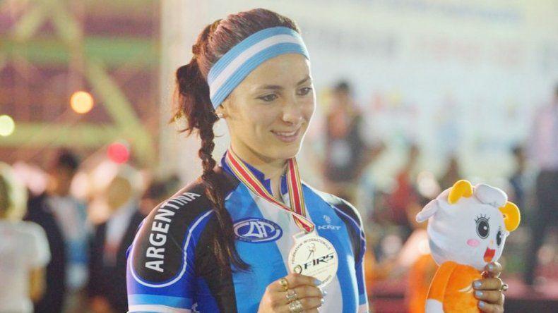 Vicky luce orgullosa la medalla que obtuvo ayer en la prueba vuelta al circuito sobre 400 metros.