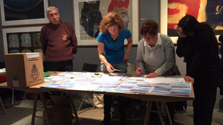El ballotage comenzó en el exterior con argentinos votando en embajadas y consulados