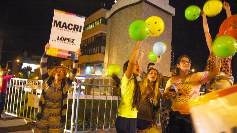 Militantes y vecinos celebraron en el monumento la victoria de Mauricio Macri.