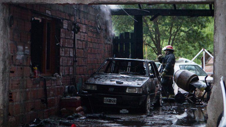 Se quemaron dos autos en un taller mecánico en el barrio Chacra 4.