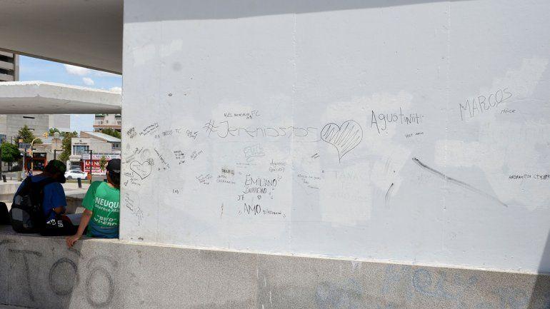 Una vez más pintaron el Cenotafio a los caídos de Malvinas