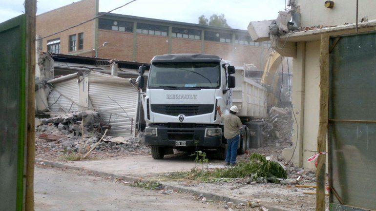 Tareas de demolición de la Cooperativa Obrera.