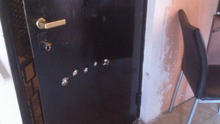 La puerta fue perforada a balazos y uno de ellos hirió a una joven mamá.