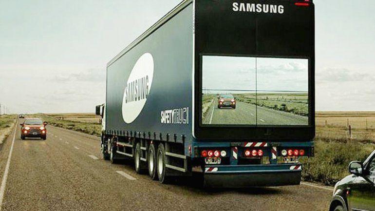 El camión invisible que te deja ver hacia adelante.