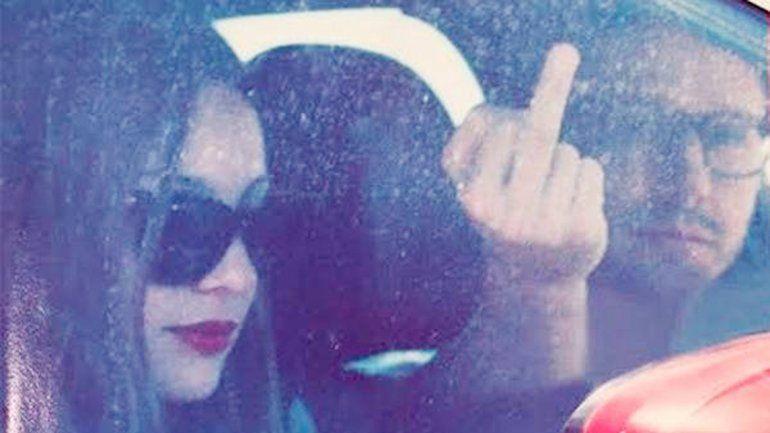 Pampita y Benjamín Vicuña fueron atrapados en un auto. El actor chileno mostró su enojo con su dedo mayor.