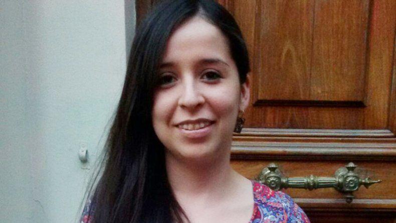 Soledad con su diploma de mejor promedio de la Universidad de La Plata.