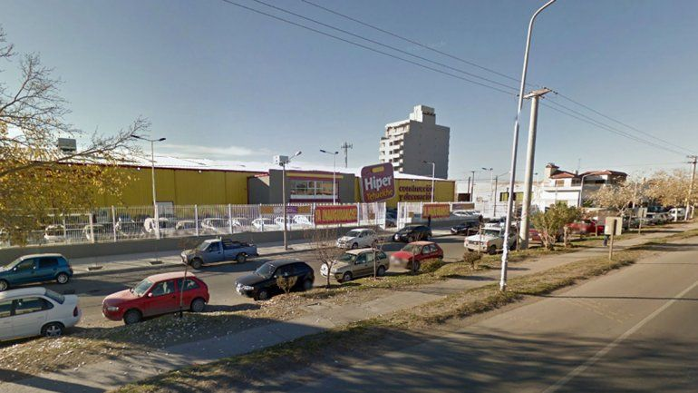 El vecino de Las Grutas denunció el robo en el estacionamiento del hipermercado.