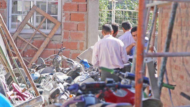 Los policías en el frente de la ferretería trucha