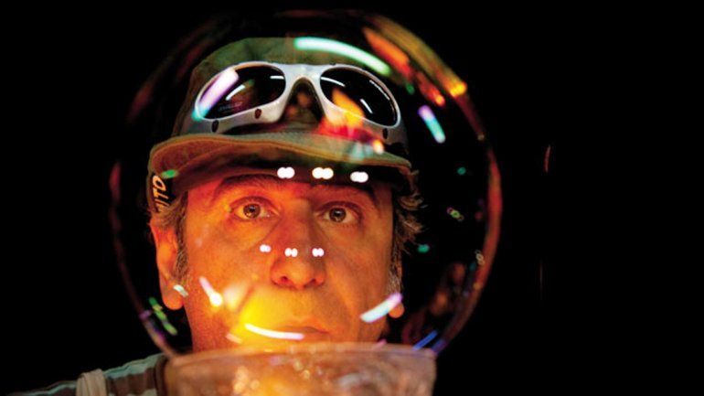 El espectador disfrutará con los protagonistas de este sueño de burbujas y acabará dentro un patio repleto de pompas de jabón.
