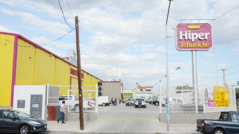 En el estacionamiento del híper estaba la Toyota Hilux que robaron.