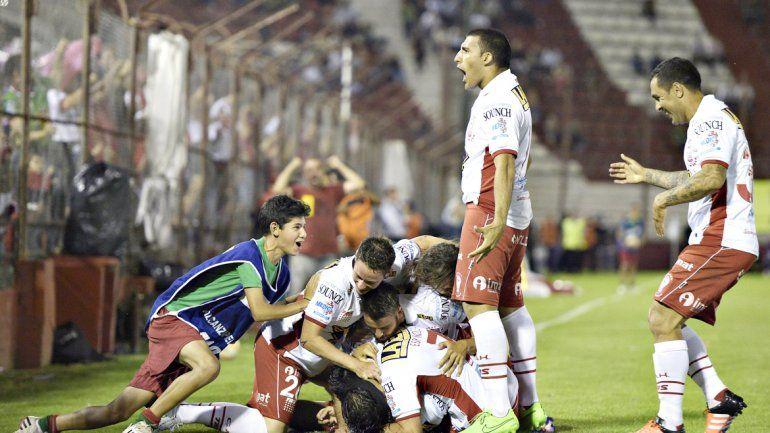 El festejo de los jugadores y el público de Huracán tras el primer gol. El Quemero definirá el certamen ante los colombianos. No perdió nunca con el River de Gallardo.