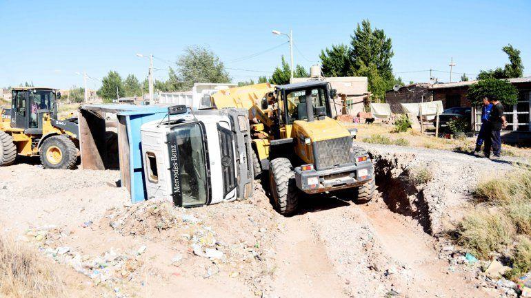 Se necesitaron dos máquinas retroexcavadoras para retirar el camión del lugar.