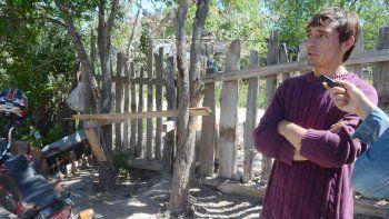 Fernando, hermano de la víctima, con LM Neuquén. La casa del presunto abusador fue destrozada por los vecinos del barrio. La Policía tuvo que intervenir para que no lincharan al acusado.