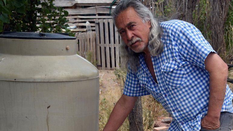 Algunos vecinos acopian agua potable y la cuidan como a un tesoro.