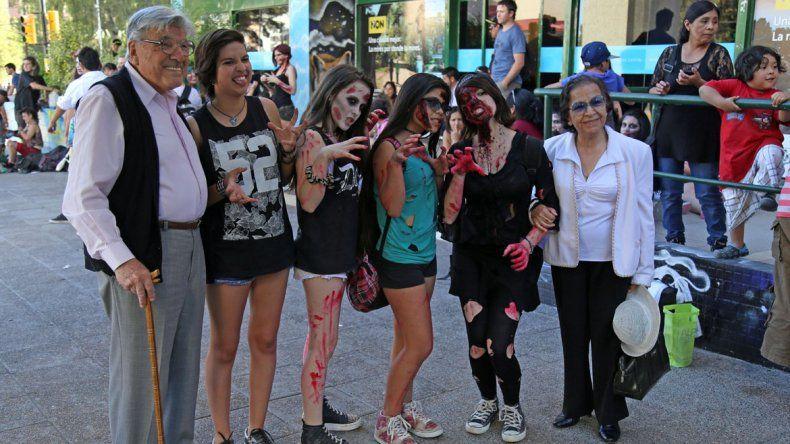 Los zombies le dieron color y miedo a los vecinos de la ciudad.