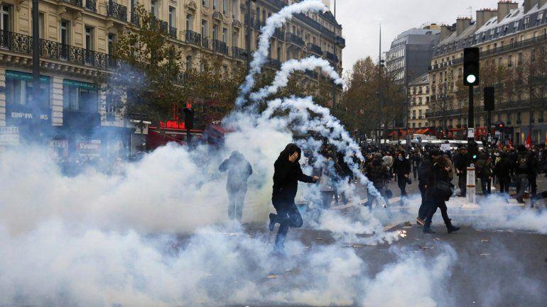Los policías antidisturbios franceses cargaron contra los manifestantes en la Plaza de la República.