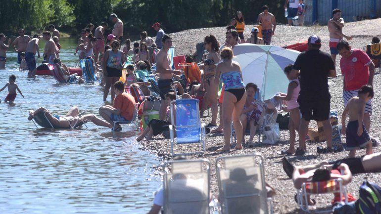Cerquita del agua es mejor. Muchísima gente aprovechó para descansar en la costa del Limay. Hoy se espera mucho más calor.