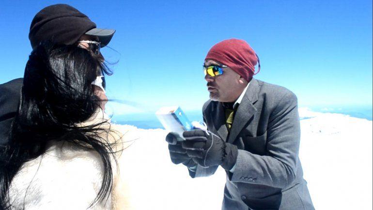 Amor sin límites: se casaron en la cumbre del volcán Lanín