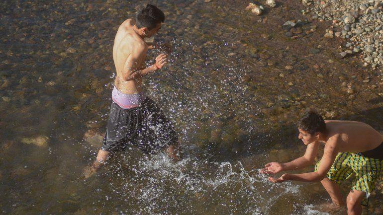 Llegó el calor y todos buscaron alivio en los ríos de la ciudad