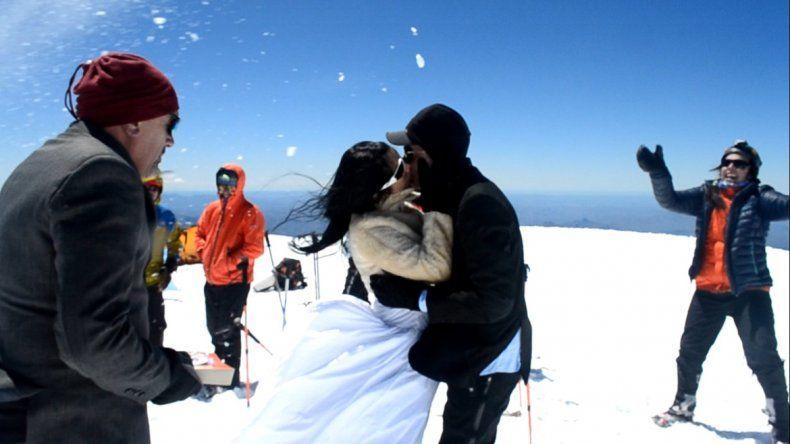 Un beso apasionado para sellar el matrimonio en la cima del Lanín.