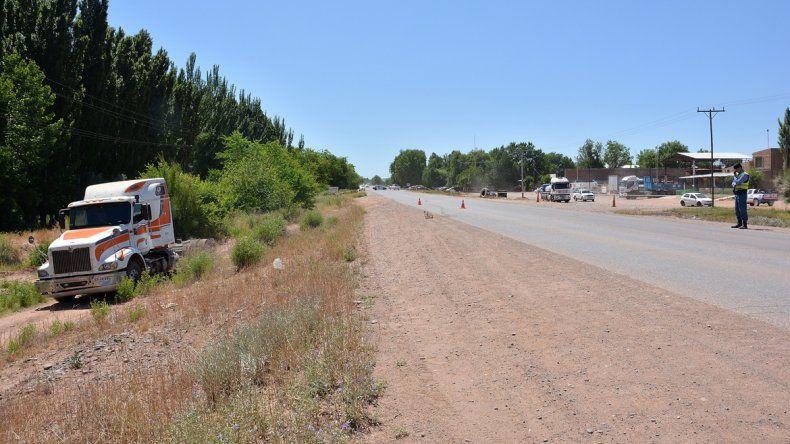El camión chileno quedó en la banquina después del accidente.