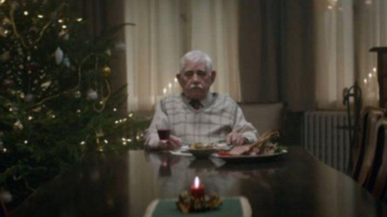 Abuelo se hace el muerto para que lo visiten en Navidad
