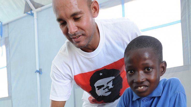 Un médico cubano le hace una curación a un chico en La Habana.
