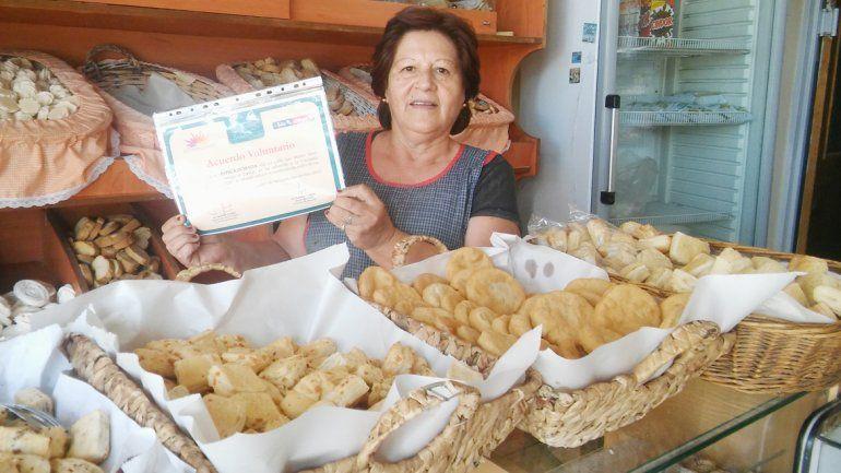 La dueña de la panadería La Espiga Dorada muestra su certificación.