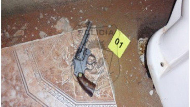 El arma secuestrada estaba tirada en el baño de la casa allanada.