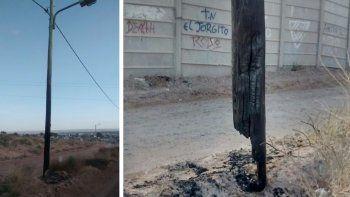 Quemaron un colchón sobre un poste de luz en calle Moritán.
