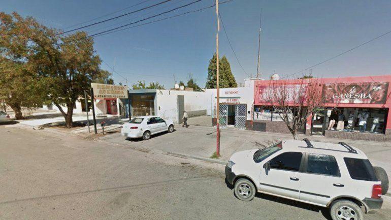 El lugar donde balearon al remisero en el barrio Centenario de Plaza Huincul. El Fiat Siena en el que viajaba la víctima fue secuestrado por la Policía.