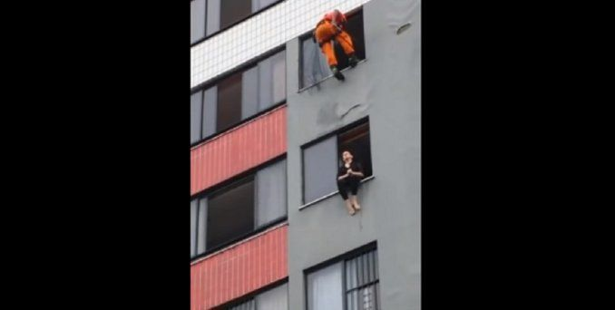 Salvó a una suicida pegándole una patada en la cara