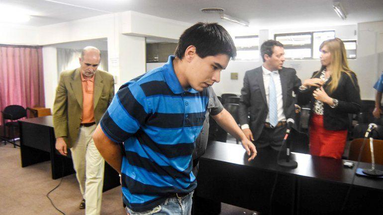 González es retirado esposado.