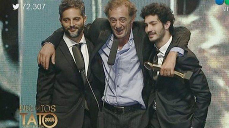 El momento. Awada colgado de los hombros de Joaquín Furriel y el Chino Darín.