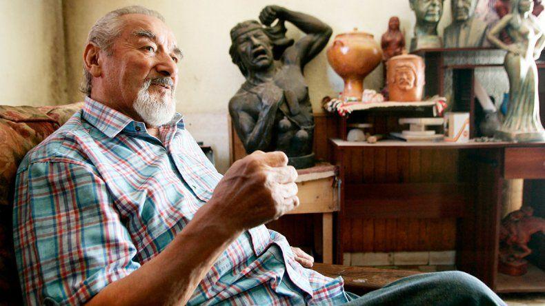 El artista custodiado por sus esculturasTiene su taller en el barrio Juan Manuel de Rosas. Trabaja a pedido para varias reparticiones municipales