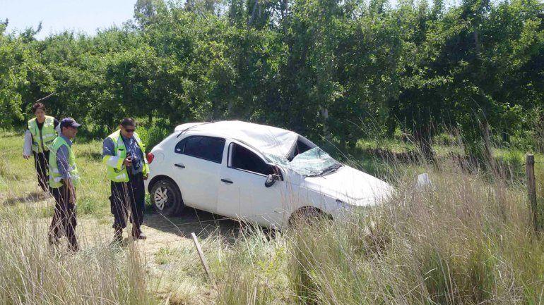 El Volkswagen Gol quedó destruido después del vuelco que sufrió.