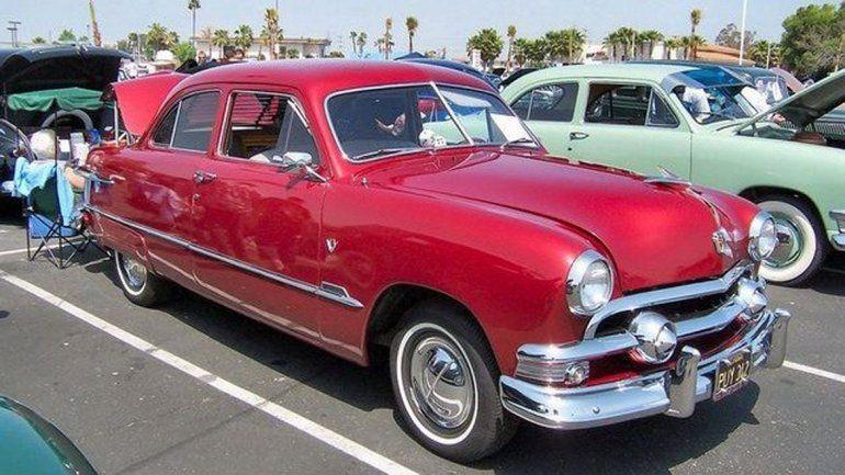 El 12 de septiembre de 1954 se inauguró el monumento. El Ford V8 que se rifó llegó de los Estados Unidos.