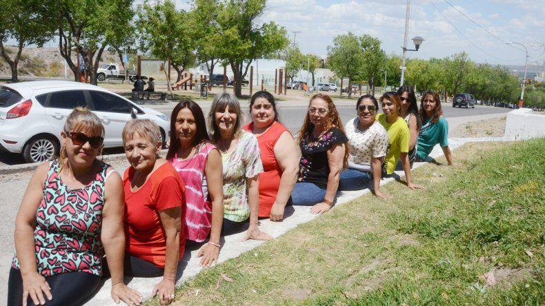 Diez de las mujeres que están al frente de vecinales en la ciudad se juntaron en Plaza de las Banderas. Algunas se conocían