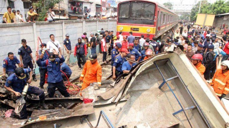 Indonesia: murieron 18 personas al chocar un tren con un colectivo