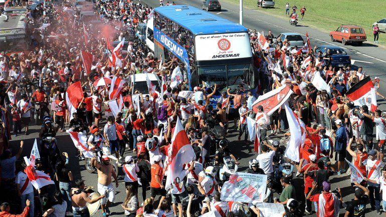Una multitud despidió a River antes del viaje a Japón